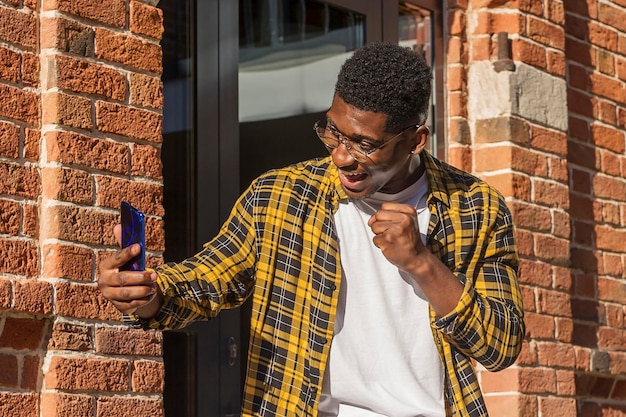 Мальчик вид спереди с видеозвонком на улице