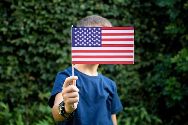 Ragazzo di vista frontale che tiene la bandiera degli sua