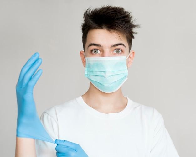 マスクと手袋を持つ正面少年