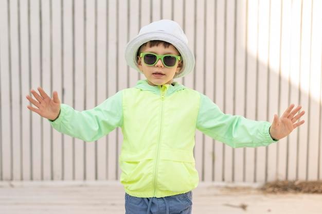 Ragazzo di vista frontale con occhiali da sole
