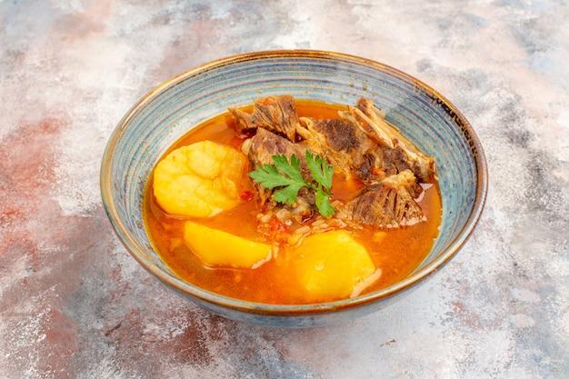 Zuppa di bozbash vista frontale sulla cucina azera nuda