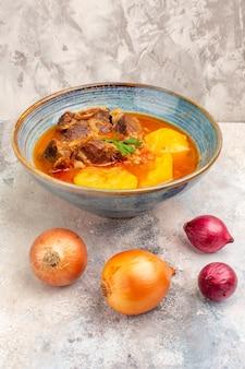 Vista frontale zuppa di cipolle bozbash su foto di cibo nudo