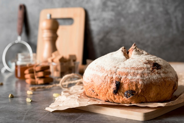 Вид спереди хлеб с фруктами pn разделочная доска