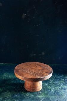 Вид спереди коричневый деревянный стол на темно-синем деревянном цветном фото кухонном столе