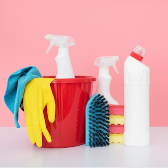 Vista frontale del secchio con prodotti per la pulizia
