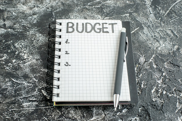 灰色の背景にペンでメモ帳に書かれた正面図の予算