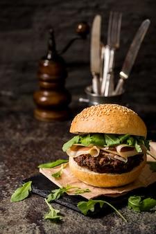 Гамбургер с беконом на сланце, вид спереди