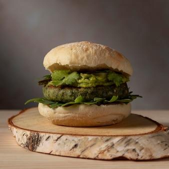 Hamburger di vista frontale con guacamole
