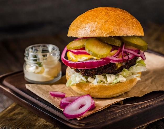 ピクルスと正面のハンバーガー