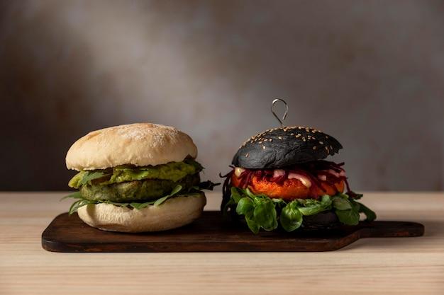 Гамбургеры вид спереди на подносе