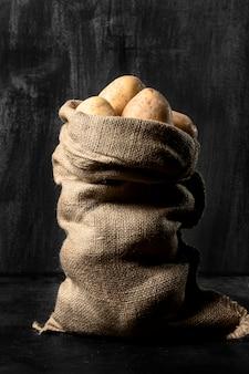 Vista frontale del sacco di iuta con patate