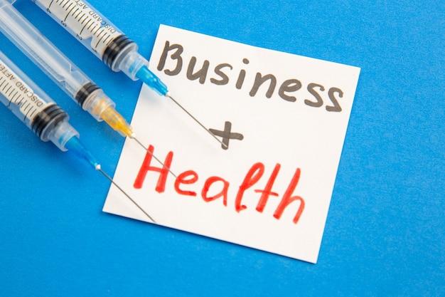 青の背景に注射で正面図ビジネスの健康