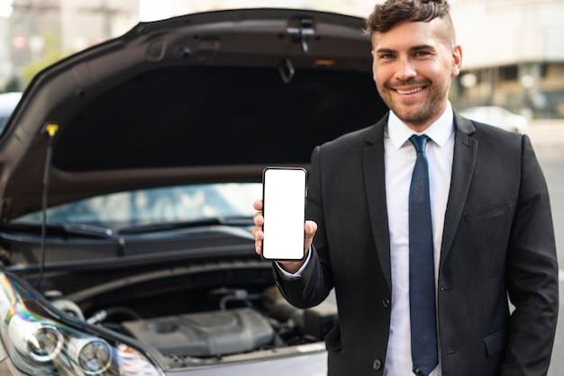 携帯電話を持っている正面図ビジネスマン
