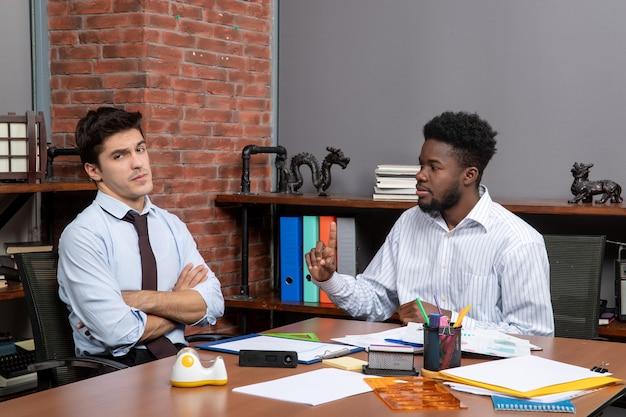 전면 보기 비즈니스 협상 뭔가 토론 하는 심각한 젊은 사업가