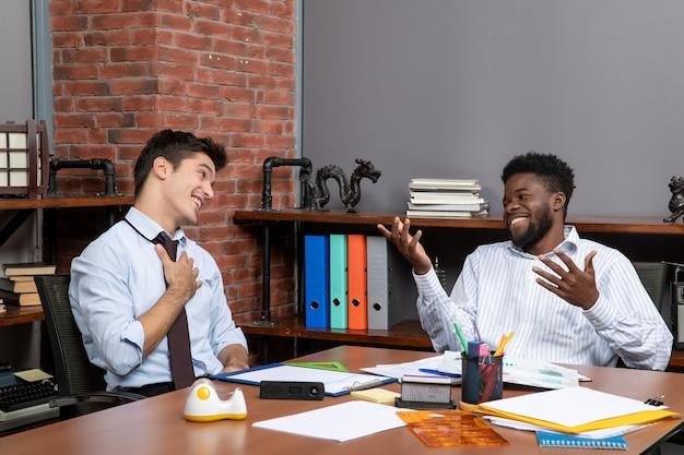 전면 보기 비즈니스 협상 사무실에서 일하는 두 웃는 비즈니스 관리자