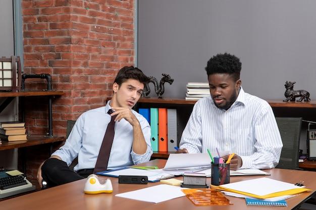 전면 보기 비즈니스 협상 두 직장 동료가 서로 이야기
