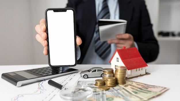Вид спереди бизнесмен, держащий пустой смартфон