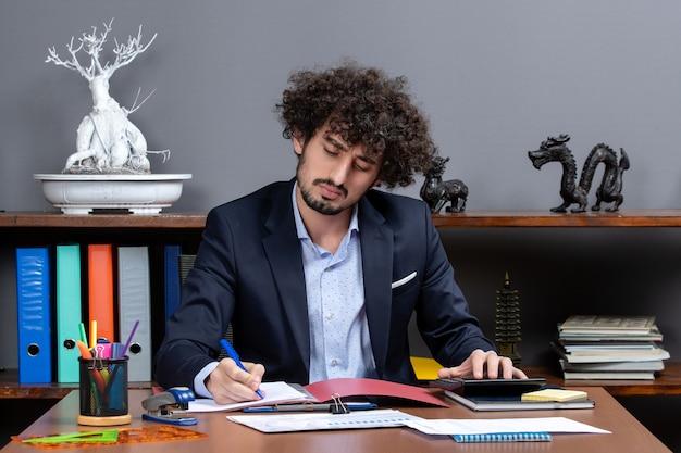 オフィスで働く正面の忙しいサラリーマン