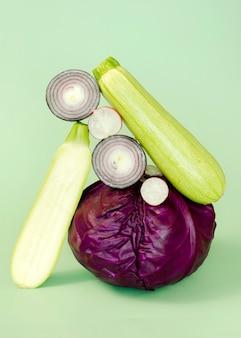 Vista frontale di cavolo con cipolla e zucchine