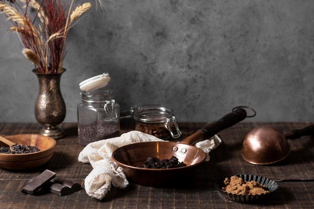 Vista frontale degli ingredienti della torta sul tavolo