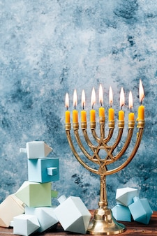 Supporto a lume di candela vista frontale su un tavolo