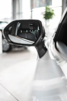 Vista del primo piano dello specchio di automobile di vista frontale