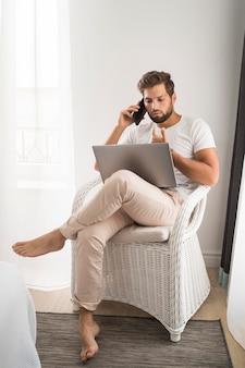 自宅で働く正面図カジュアルな男性