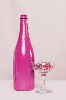 Vista frontale del bicchiere di champagne e bottiglia