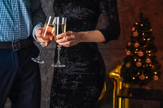 Vista frontale di un bicchiere di champagne allegria