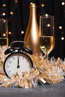 Вид спереди на шампанское, приготовленное к новому году