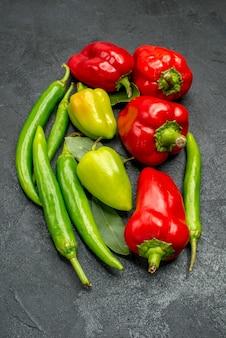 緑の新鮮な種類の唐辛子とカイエンの魅力的な正面図