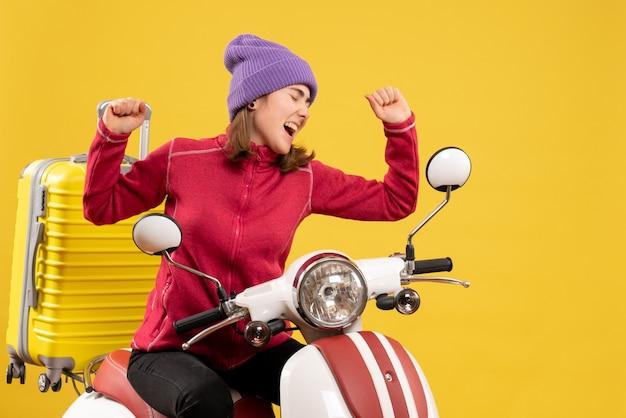 오토바이에 전면보기 쾌활 한 젊은 여자