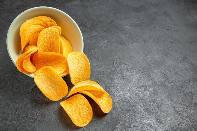 Cips di formaggio vista frontale all'interno del piatto su sfondo scuro cinema foto cibo spazzatura snack di patate film