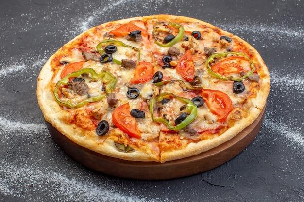 전면보기 치즈 피자는 어두운 표면에 올리브 고추와 토마토로 구성됩니다.