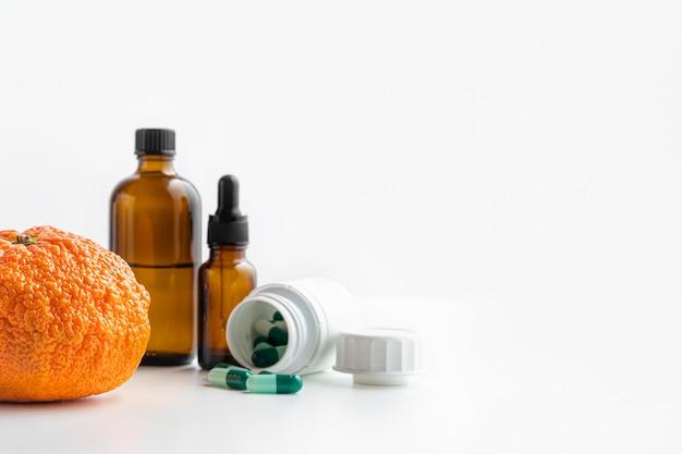 正面の化学物質とオレンジ色のコピースペース