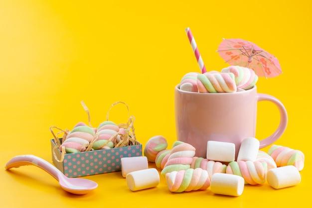 Una vista frontale mastica marmellate all'interno e all'esterno rosa, tazza su giallo, confettura di zucchero dolce