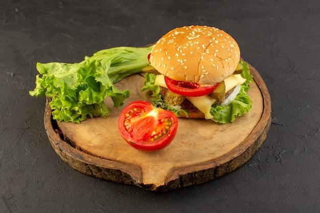 Un hamburger di pollo vista frontale con formaggio e insalata verde sulla scrivania in legno e cibo pasto fast food sandwich