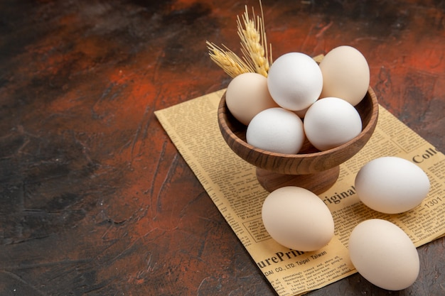 어두운 표면에 접시 안에 전면보기 닭고기 달걀