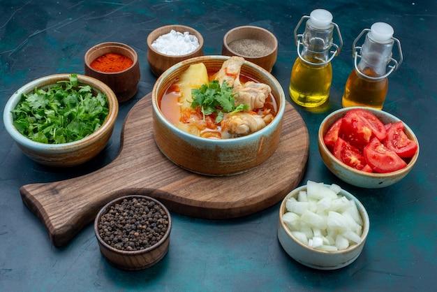 Куриный суп, вид спереди вместе с соленым перцем, зеленью и свежими овощами на темно-синем столе суп мясная еда ужин