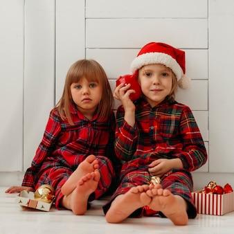 クリスマスを楽しんでいる正面図の子供たち