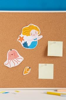 Vista frontale della scrivania per bambini con lavagna e foglietti adesivi
