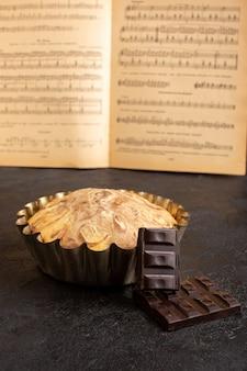 Una vista frontale choco cake all'interno della tortiera insieme a choco bar dolce delizioso dolce pasticceria pasticceria dolcezza