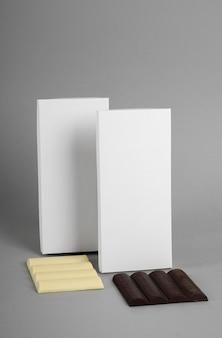 Vista frontale di barrette di cioccolato con confezione