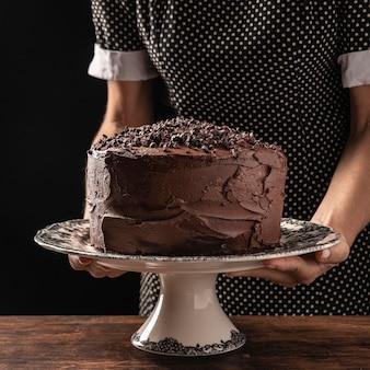 Vista frontale del concetto di torta al cioccolato
