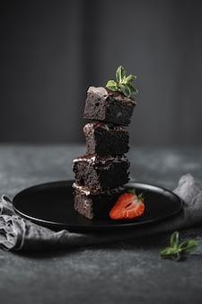 Vista frontale dei pezzi di torta al cioccolato sulla piastra