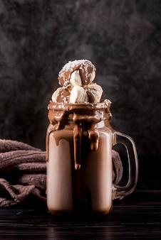 Вид спереди шоколадный десерт в банке с зефиром
