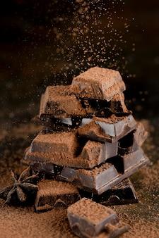 Vista frontale di cioccolato con cacao in polvere