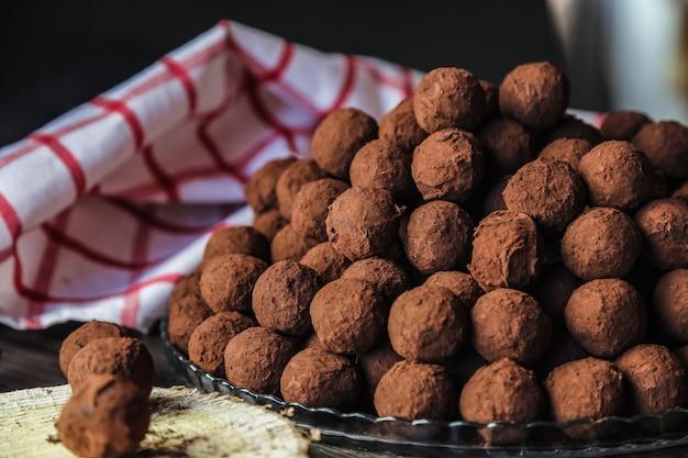 Cioccolato di vista frontale in cacao su un piatto