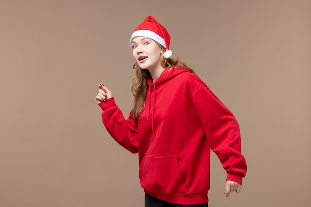 茶色の背景の休日モデルクリスマスの正面図のクリスマスの女の子