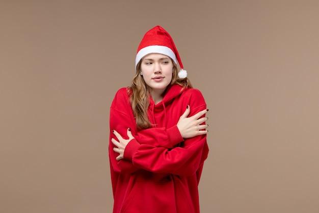 Вид спереди рождественская девушка дрожит на коричневом фоне модель праздник рождество